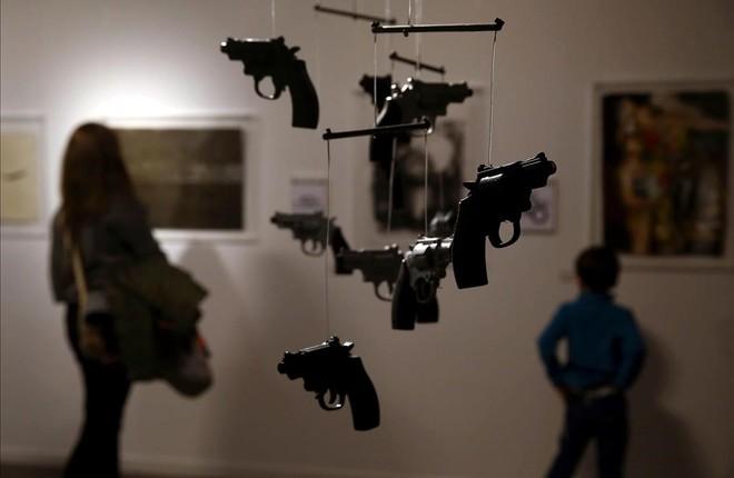El móvil de la instalación creada por Gabriel Serrano, comisario de la exposición 'Pepe Carvalho', para ambientar la muestra.