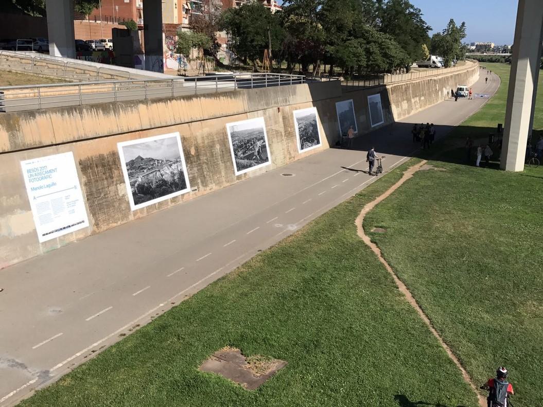 Exposición fotográfica sobre el Besòs a la pasarela del Puente del Molinet, en Santa Coloma de Gramenet.