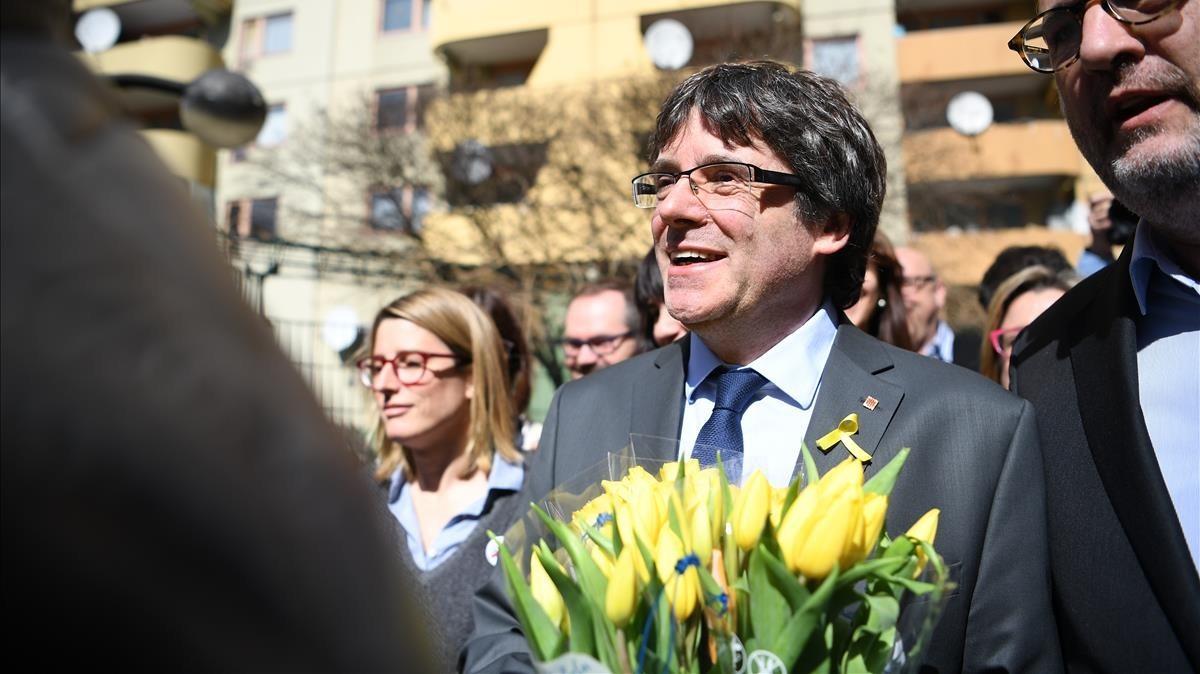 El expresident Carles Puigdemont, con diputados de JxCat, en Berlín el pasado 7 de abril.