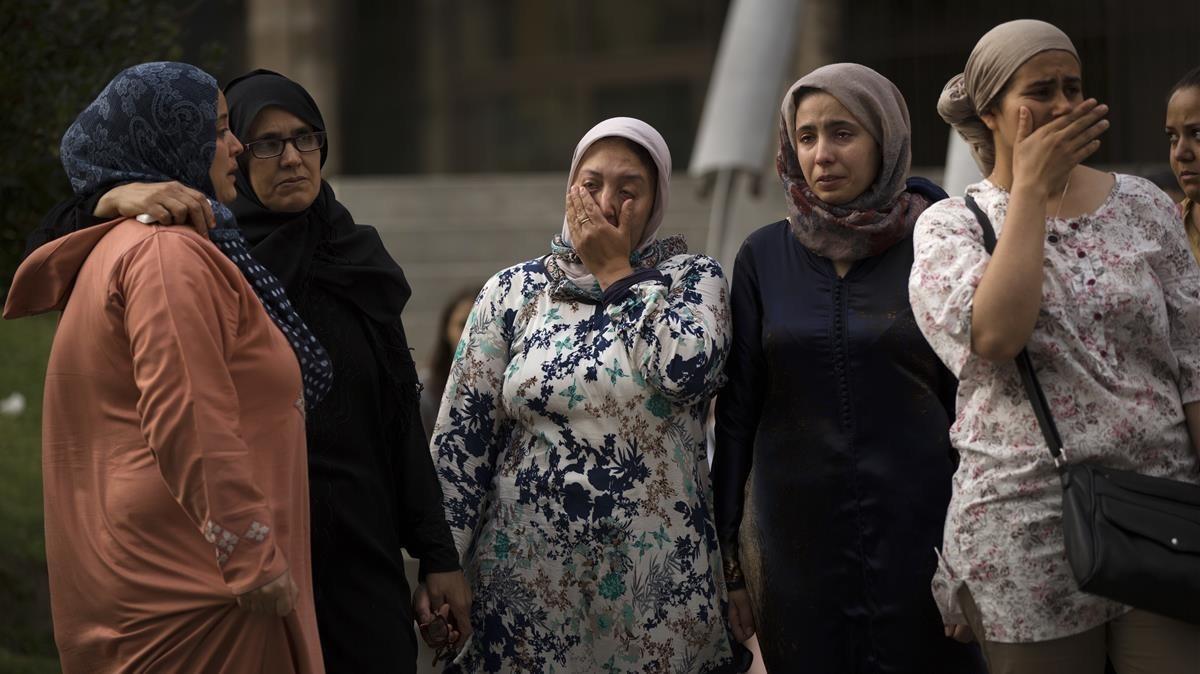 Familiares y conocidos de los terroristas mostrando su dolor. AP/FRANCISCO SECO