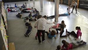 Alumnos de la escuela de primaria Lanaspa y del centro de educación especial Crespinell, ambas de Terrassa, en una clase de gimnasia conjunta.