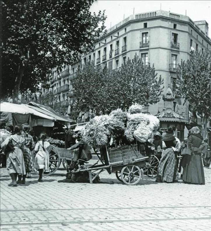 Mercat de Sant Antoni, en la esquina con Urgell con ronda de Sant Antoni, en la primera década del siglo XX.