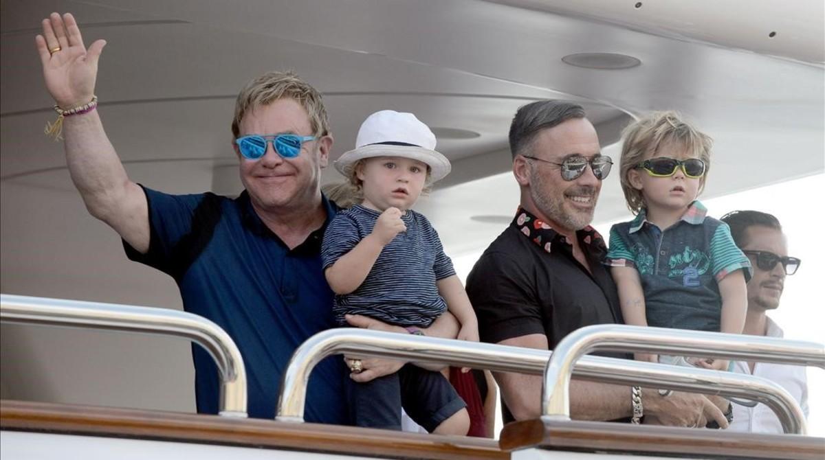 Elton John y su pareja, David Furnish, con sus hijos, nacidos de gestación subrogada, de vacaciones en Saint Tropez, en el 2014.