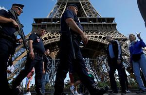 Policías franceses patrullan ante la torre Eiffel.