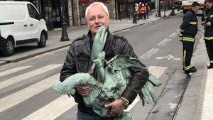 El gallo que culminaba la flecha de la catedral de Notre Dame, rescatado de entre los escombros tras el incendio.