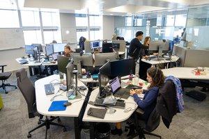 El pes dels joves en el mercat laboral es redueix a la meitat en una dècada