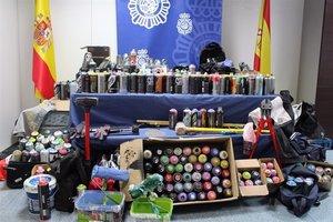 Material intervenido por la Policía a los grafiteros.