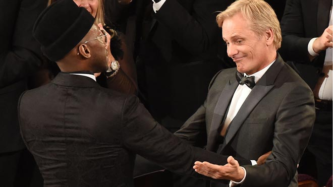 'Green book' se lleva la gloria en los Oscar. En la foto,Mahersala Ali y Viggo Mortensen, tras el premio de 'Green Book' como mejor película.