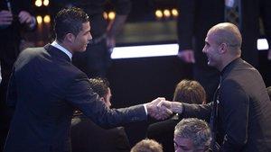 Guardiola y Cristiano Ronaldo se saludan, en el 2011, en la gala del Balón de Oro.