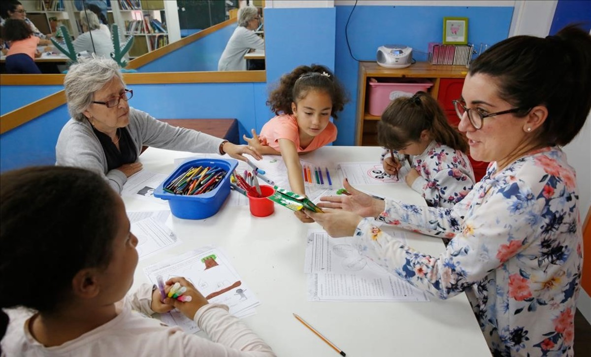 Niños que han sufrido un desahucio, en el servicio de apoyo psicológico y educativo de laAsociación Educativa Nou Quitxalles-Familia Juanitos, en LHospitalet.