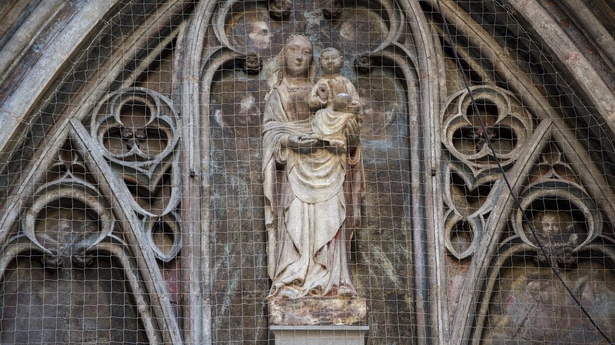 Imagen de la Virgen en el portal de Santa Maria del Mar de la calle Sombrerers.