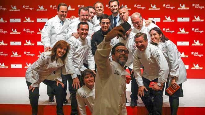 Imágenes de la gala de presentación Guía Michelín España y Portugal 2018. En la foto, varios de los cocineros galardonados se hacen una foto.