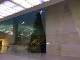 El edificio se decora estos días con motivos navideños.