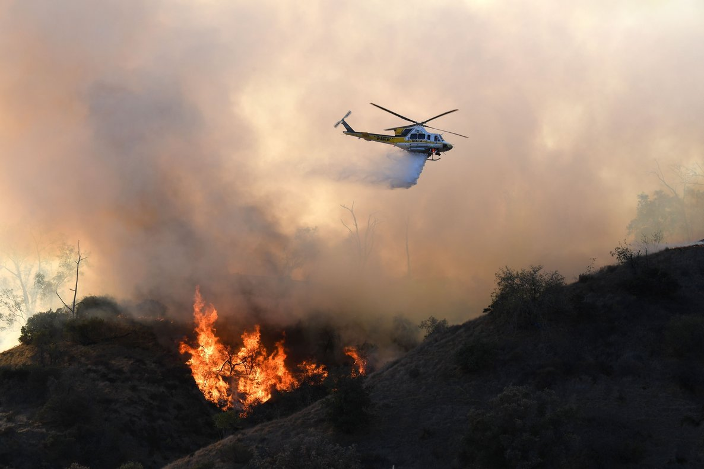 El incendio forestal quema afecta a una zona de Griffith Park en Los Ángeles, California.