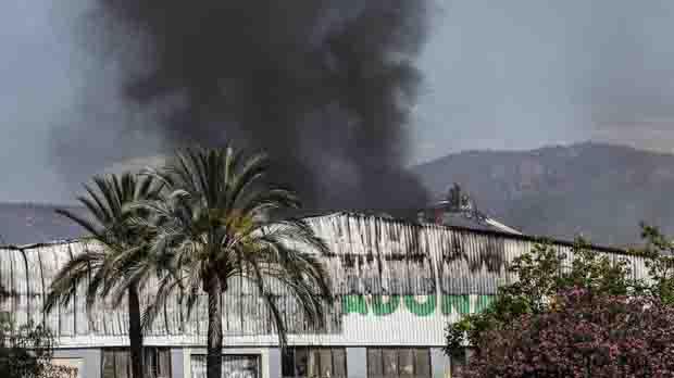 Incendio en una panificadora de Mercadona en Puçol, Valencia.