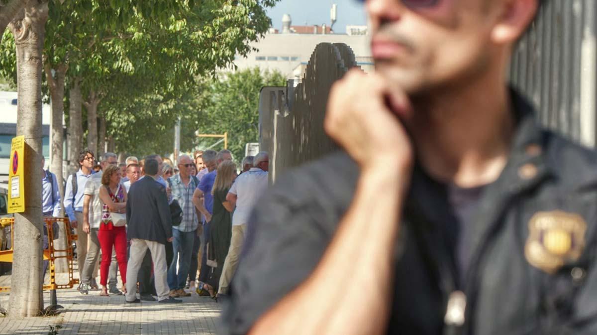 Incidentes entre manifestantes y Mossos en la subasta de pisos de la Generalitat.