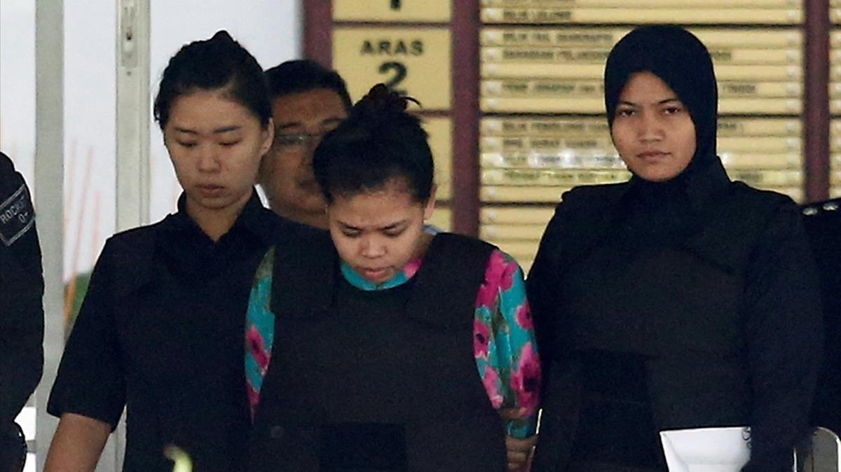 La indonesia Siti Aisyah saliendo del tribunal de Kuala Lumpur que la juzga, el 3 de octubre.