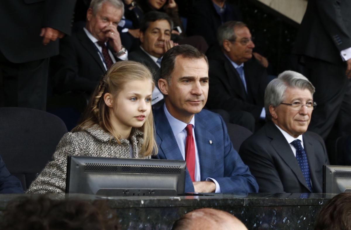 La infanta Leonor siguió muy atenta el partido entre el Atlético y el Bayern, junto a su padre, el Rey, anoche, en el Calderón.