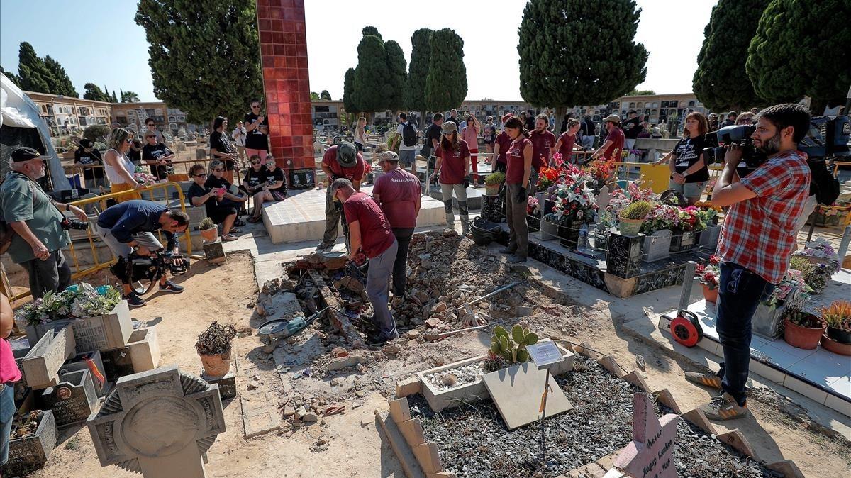 Inicio de los trabajos de exhumación de una fosa en Paterna con restos de fusilados por el franquismo.