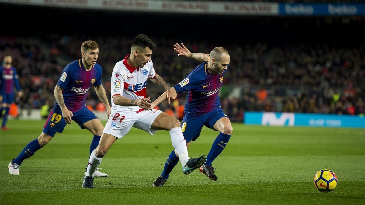 Iniesta controla el balón ante Hernán Pérez, el jugador del Alavés, en el Camp Nou.