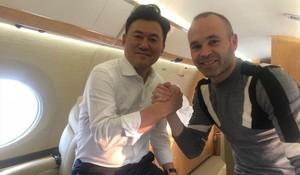 Iniesta y Mikitani, dueño de Rakuten, en su vuelo a Japón.
