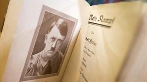 Interior de una edición original de Mein Kampf, de Hitler.