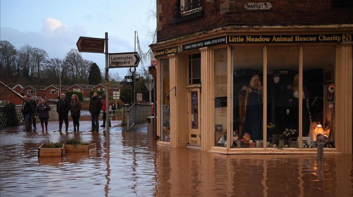 Inundación en Market Street en Tenbury Wells, en el oeste de Inglaterra.