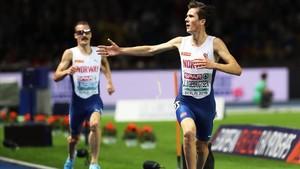 Jakob Ingebrigtsen, por delante de su hermano Henrik, celebra la victoria en los 5.000 metros en Berlín.