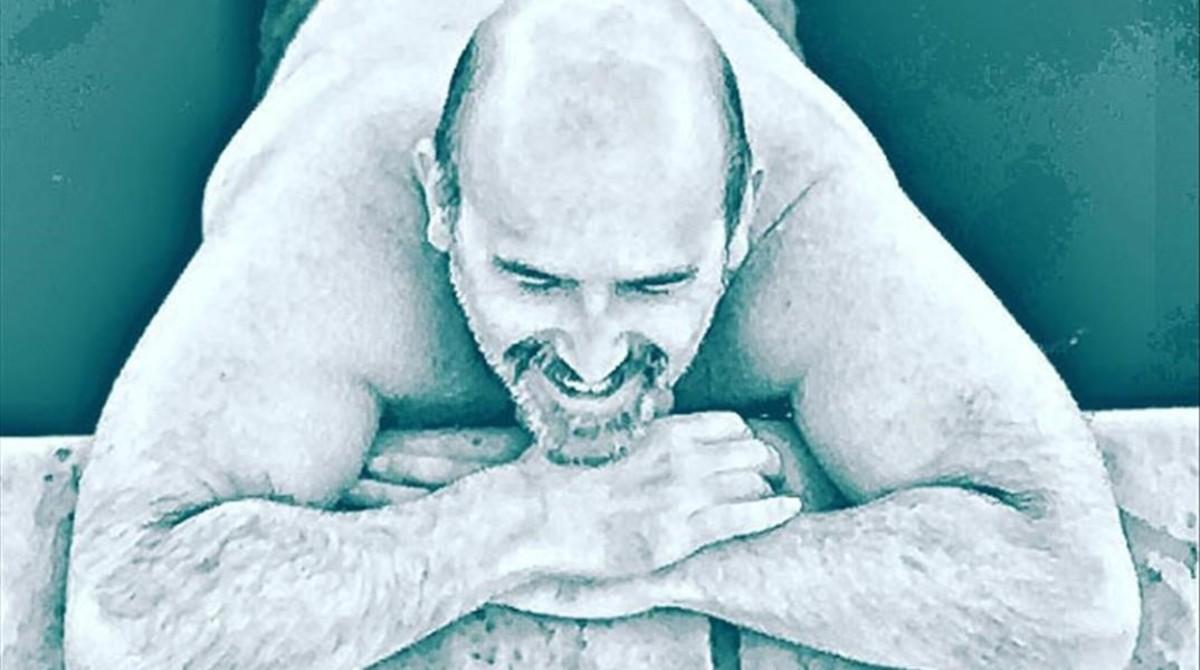 El actor Javier Cámara, en la piscina.