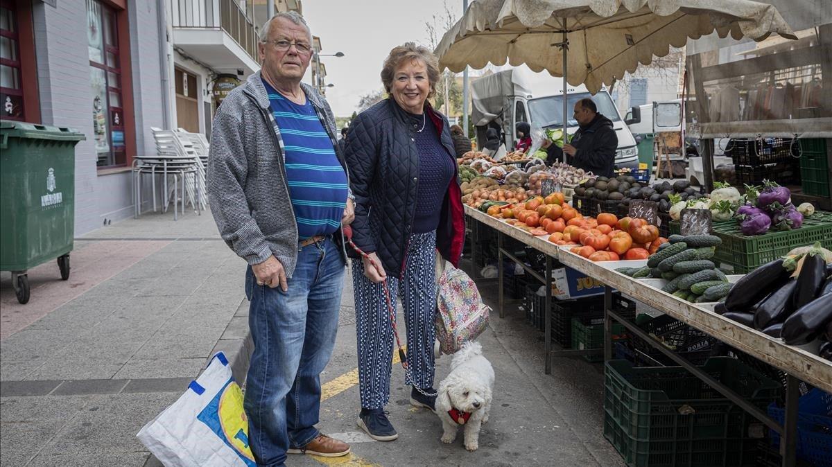 Jon y Jean, dos ingleses residentes en Javea (Alicante), posan para EL PERIÓDICO el pasado enero.