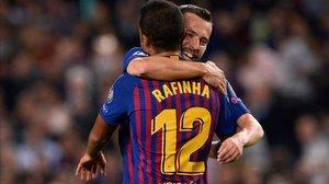 Jordi Alba felicita a Rafinha por su gol al Inter en la liguiilla de la temporada pasada.