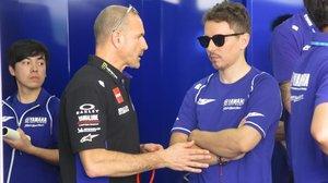 Jorge Lorenzo conversa, hoy, en el box del equipo Yamaha con el italiano Massimo Menegalli, uno de sus responsables.