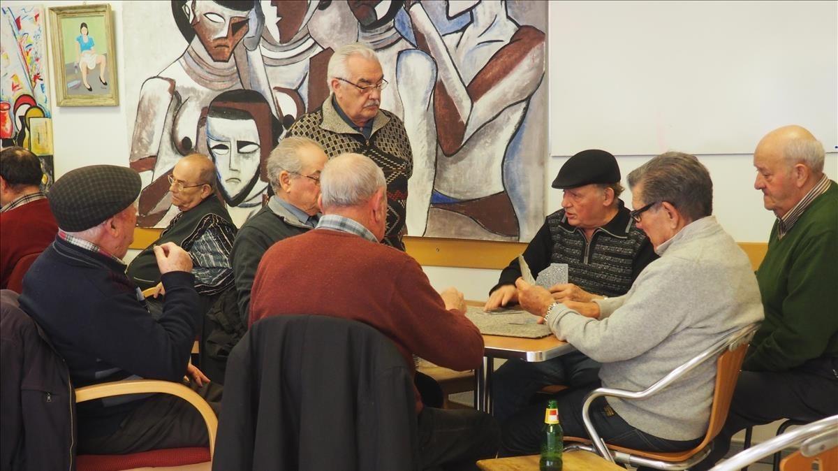 Jubilados juegan a cartas en el bar de Cándido, en la Casa de España, en París.