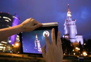 VRS01. VARSOVIA (POLONIA), 14/07/2016.- Una joven juega con la aplicación Pokemon Go cerca al Palacio de la Ciencia y la Cultura de Varsovia (Polonia) hoy, 14 de julio de 2016. EFE/PAWEL SUPERNAK/PROHIBIDO SU USO EN POLONIA