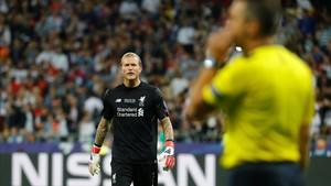Karius se mira al árbitro tras su garrafal fallo en el primer gol del Madrid.