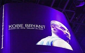 Imagen de Kobe Bryant en la pantalla delState Farm Arena.