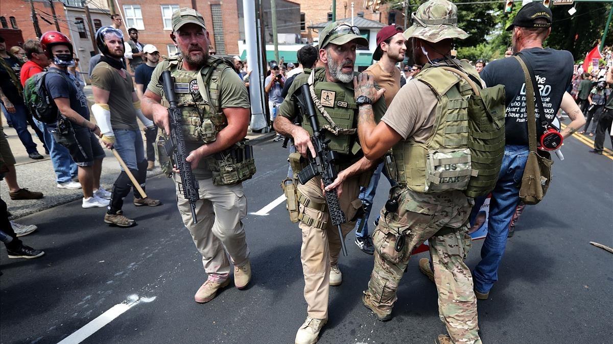Nacionalistas blancos neonazis y miembros de la derecha con uniforme y armas de combate.