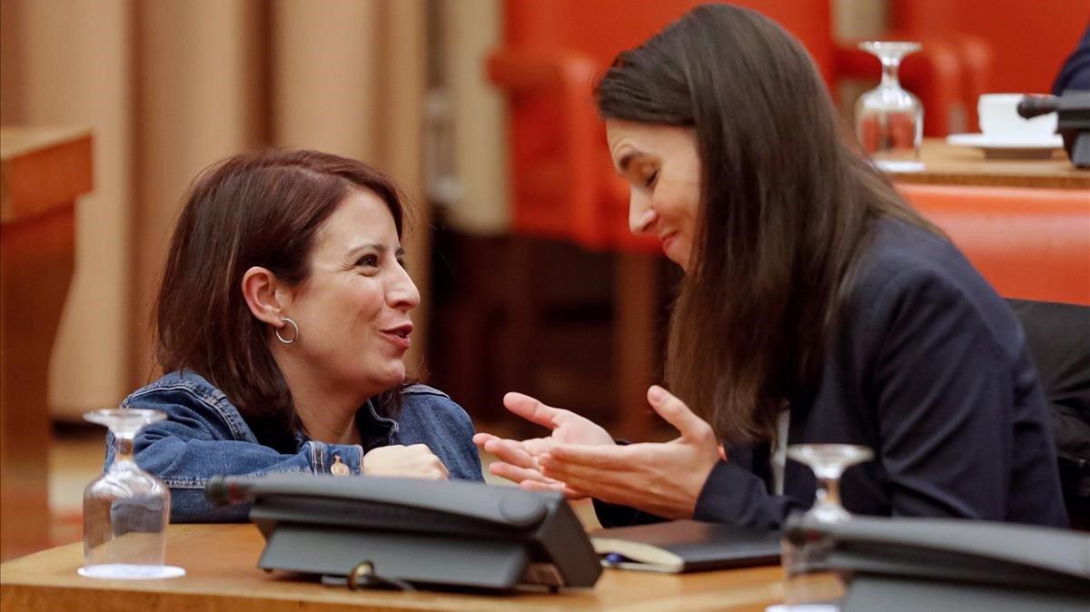 Las diputadas de PSOE y Podemos, Adriana Lastra e Irene Montero, durante la reunión de la Diputación Permanente.