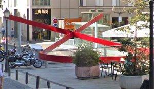 El lazo rojo del VIH en laplaza Pedro Zerolo de Madrid.
