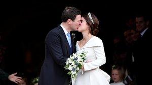 Eugenia de York y Jack Brooksbank se besan a la salida de la capilla de Windsor.