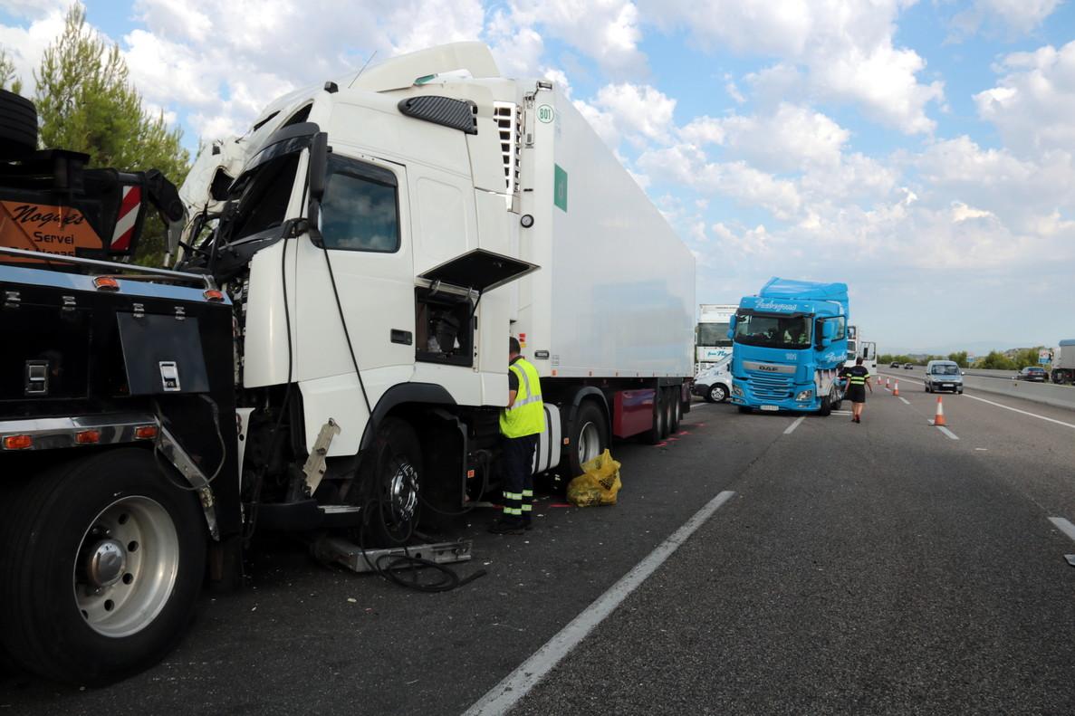 Los dos camiones implicados en el accidente de la Ribera dOndara.