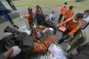 Los equipos de rescate rescatan cuerpos del vuelo QZ8501 de AirAsia.