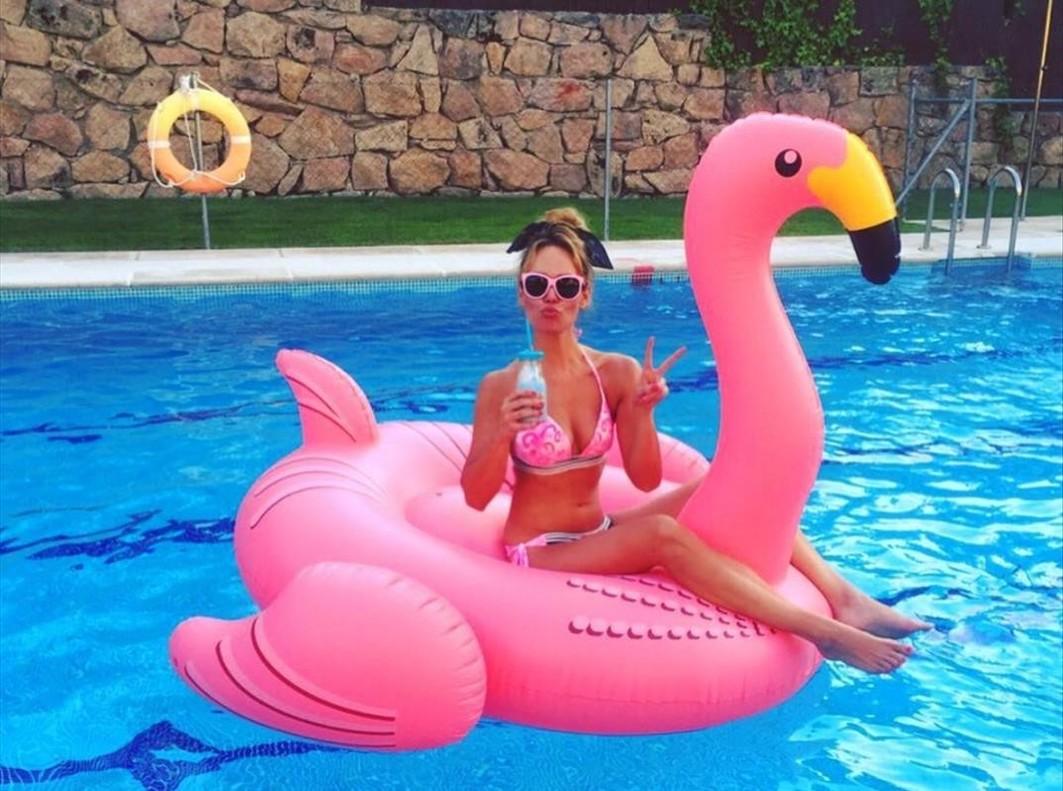 Patricia Conde posa en la piscina sobre un flotador flamenco.