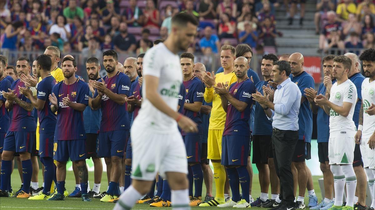 Los jugadores del Barça y Valverde aplauden a los del Chapecoense en el Camp Nou.