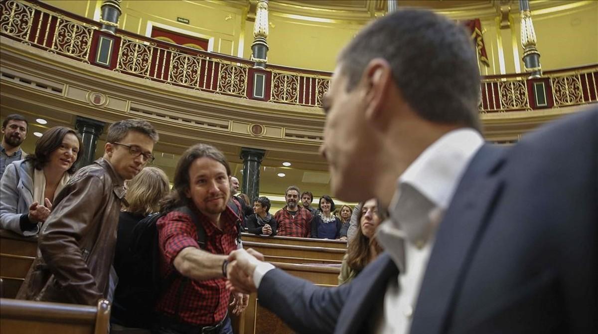 Los líderes del PSOE y de Podemos, Pedro Sánchez y Pablo Iglesias, se saludan en el hemiciclo del Congreso.