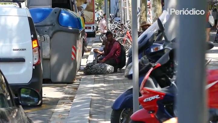 Barcelona se compromete a un verano con menos manteros