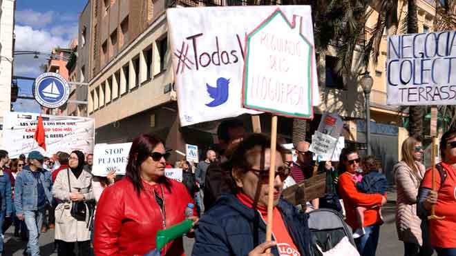 Manifestación en Badalona por el aumento de los alquileres del fondo buitre Azora.