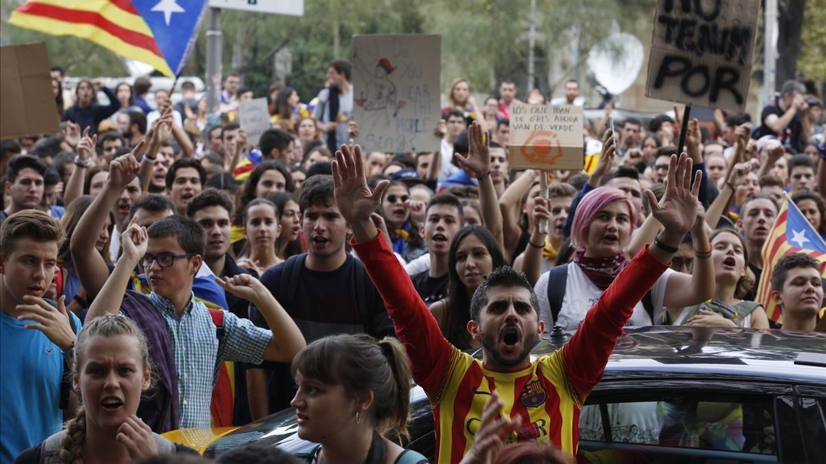 Manifestantes entonando consignas, el martes, en la plaza Universitat.