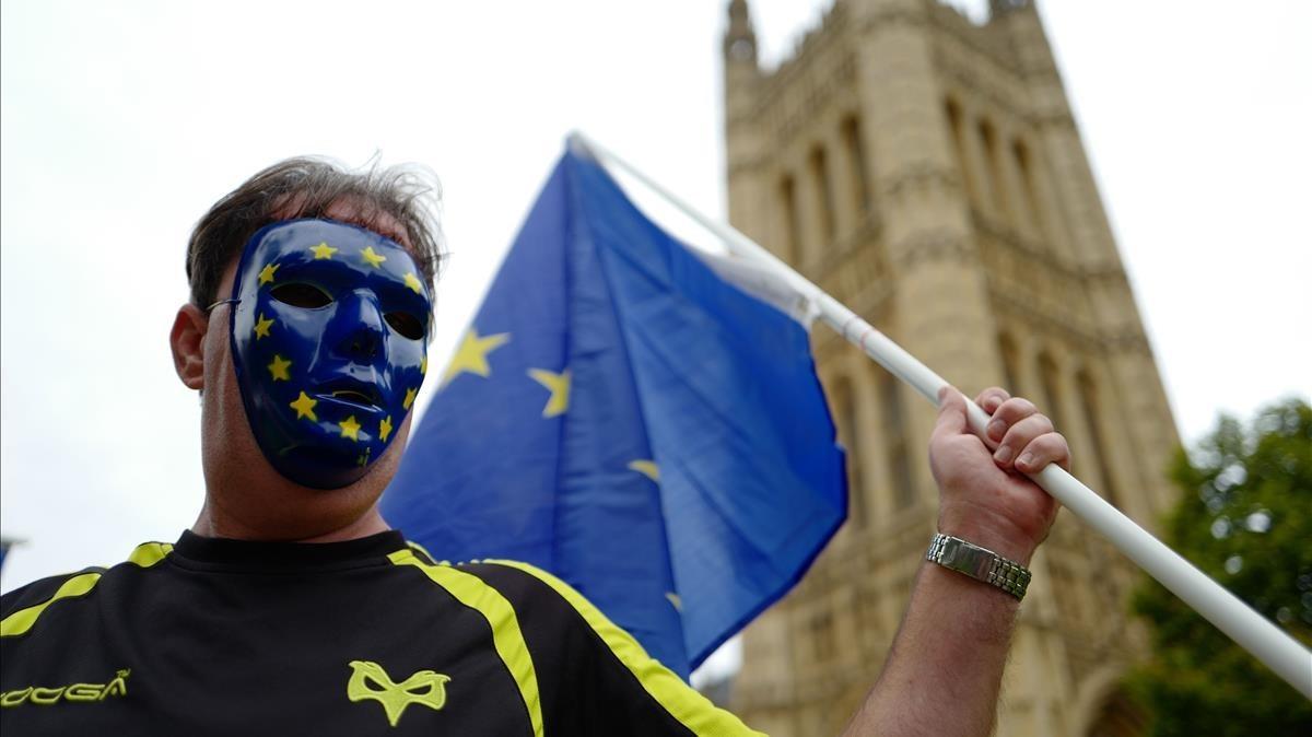 Un manifestante proeuropeo, frente al Parlamento británico, este jueves 7 de septiembre.