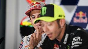 Marc Márquez observa, sorprendido, una explicación de hoy, en Jerez, de Valentino Rossi.